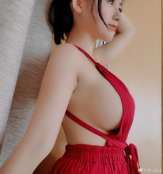 """Hot-girl Trung Quốc khiến cộng đồng LMHT nóng mắt vì lên show bình luận CKTG 2021 chỉ để """"uốn éo"""" khoe vòng 1 ngoại cỡ"""